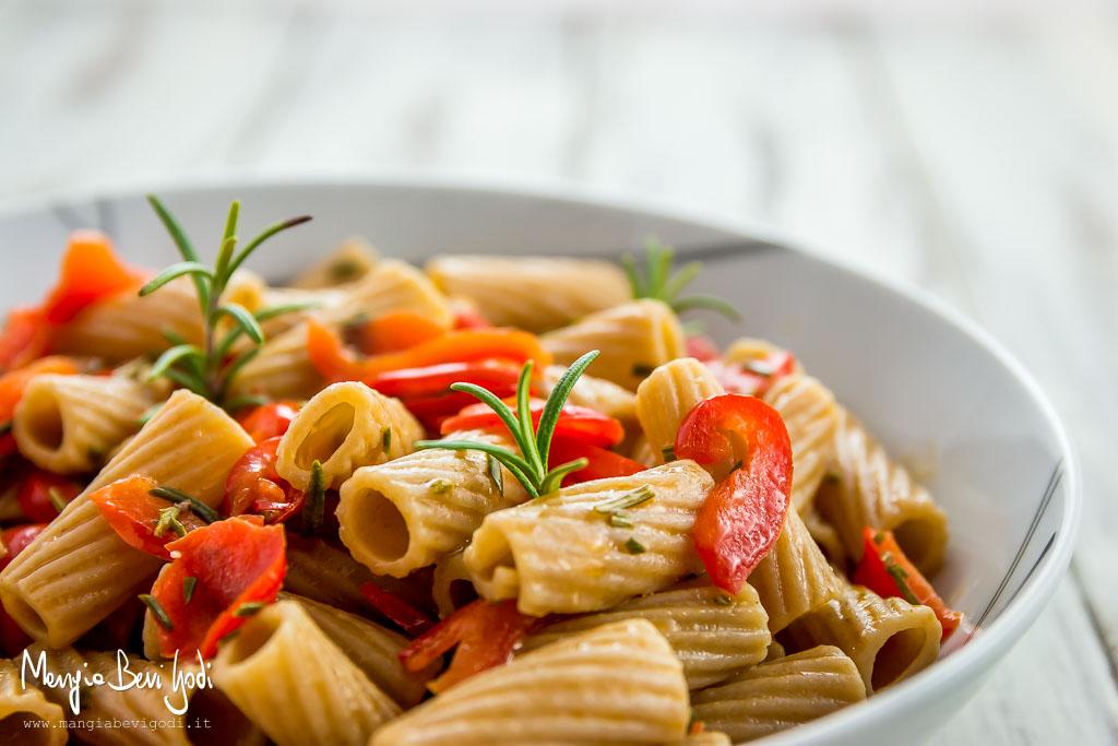 Pasta con peperoni e rosmarino