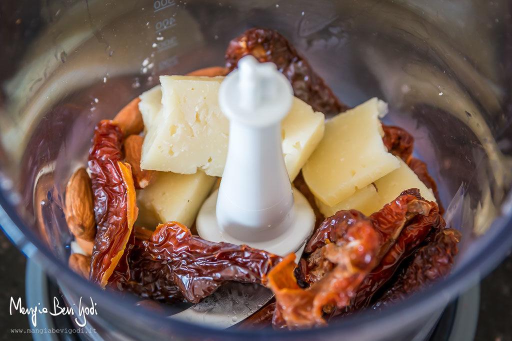 Pasta al pesto di pomodori secchi mandorle pecorino