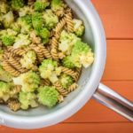 Pasta con broccolo romanesco e acciughe