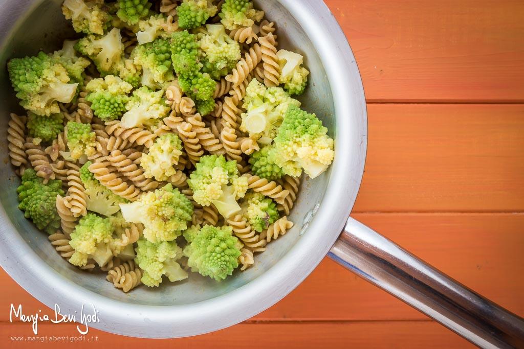 Pasta con broccolo romanesco e acciughe