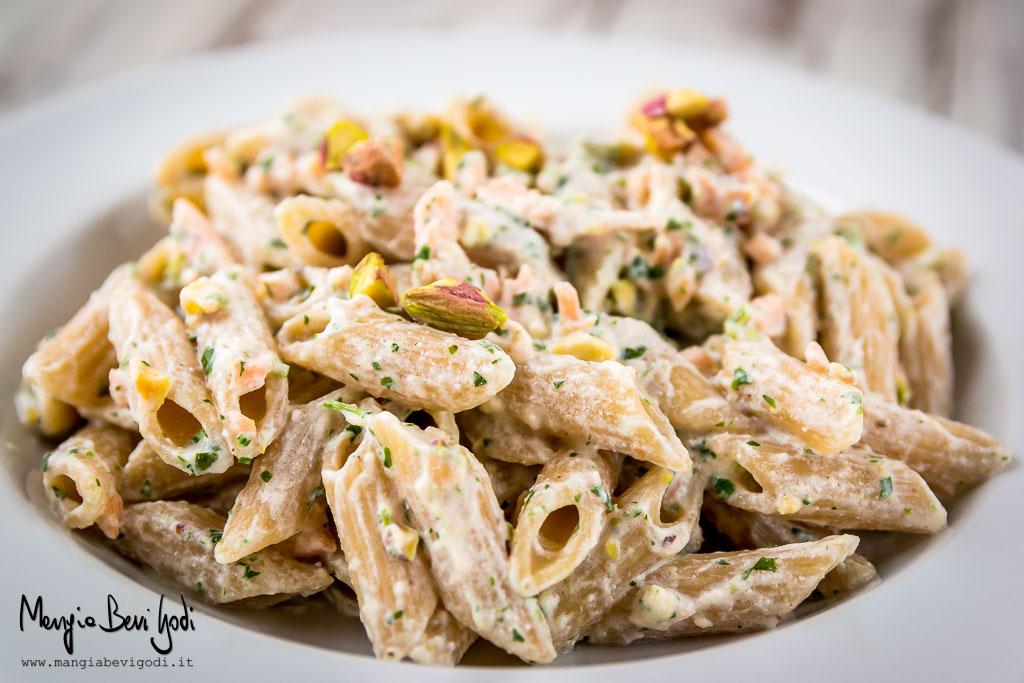 Pasta al salmone, ricotta e pistacchi