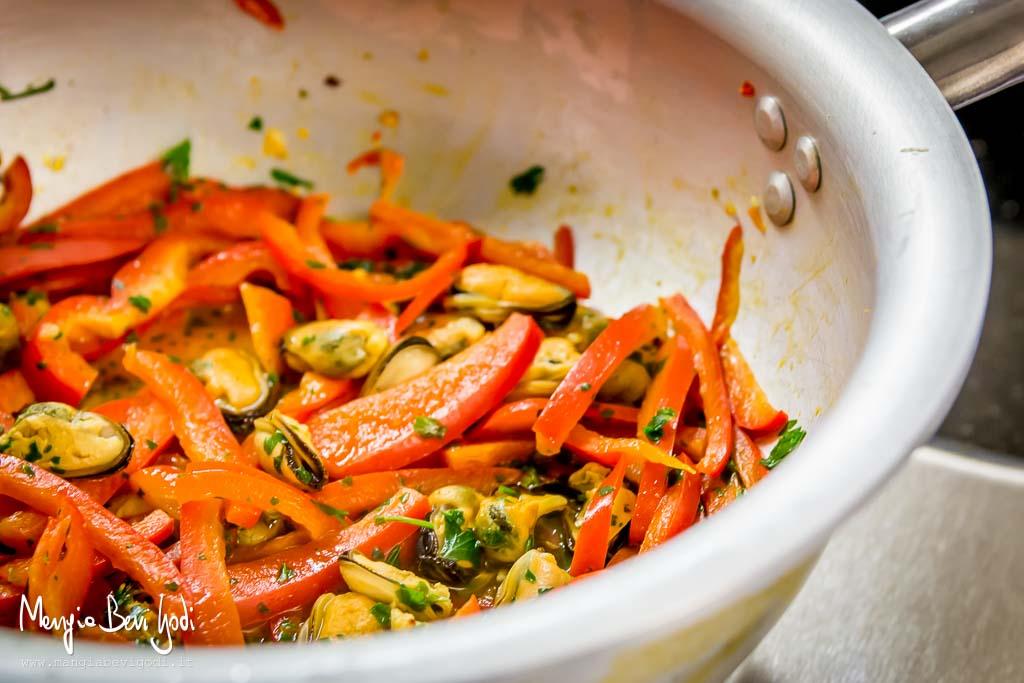 Cottura-cozze-peperoni-padella