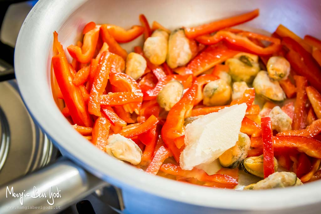 cuocere-cozze-peperoni-padella
