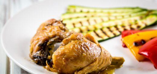 Pollo a pezzi in casseruola con verdure grigliate