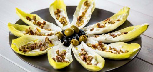 Barchette di foglie di indivia belga farcite con caprino noci e olive