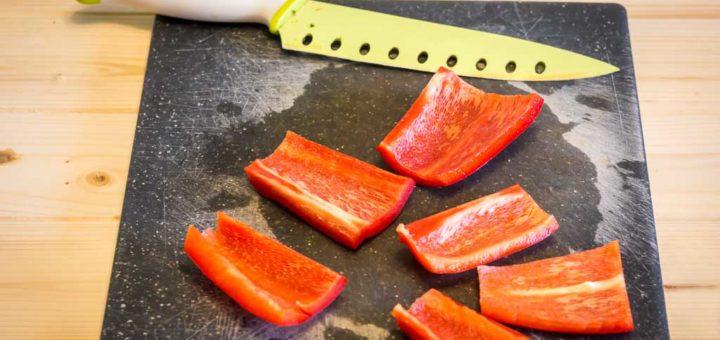 Peperoni rossi tagliati a falde