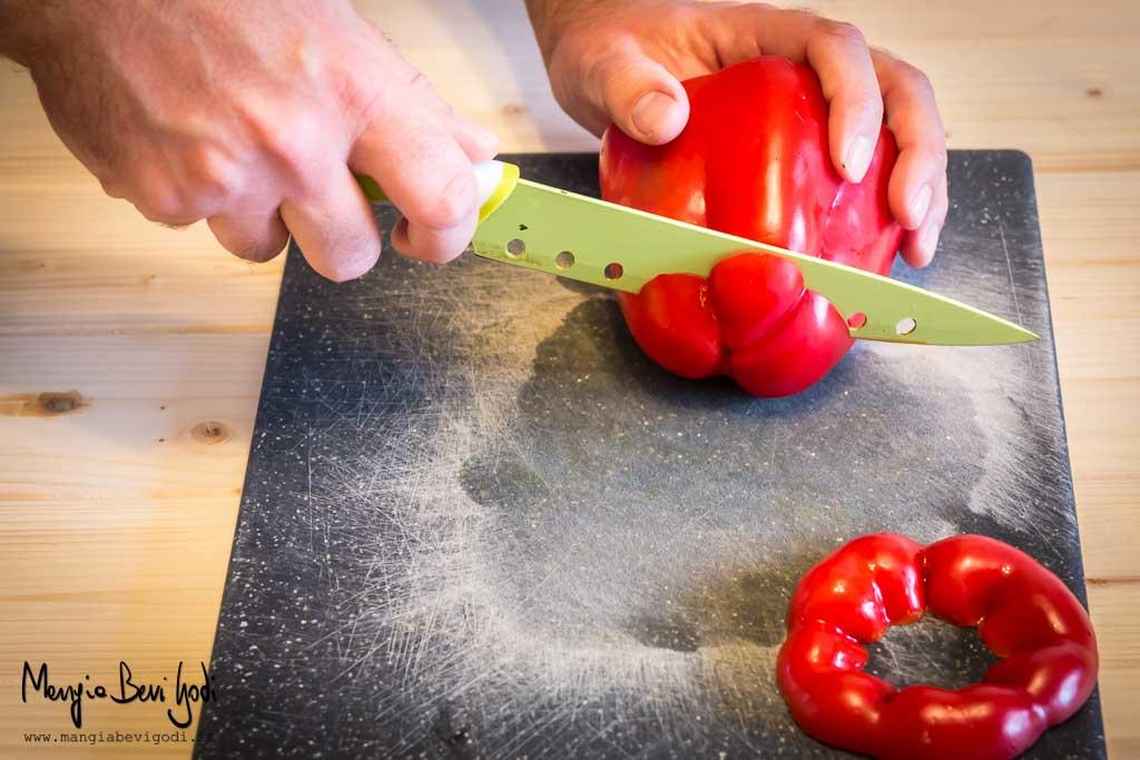 Tagliare la base ai peperoni