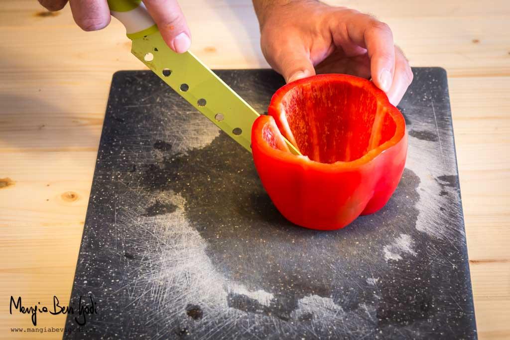 Incidere la parte centrale del peperone per poi procedere al taglio alla Julienne
