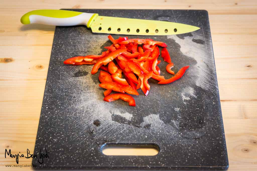 Peperone rosso tagliato a listarelle