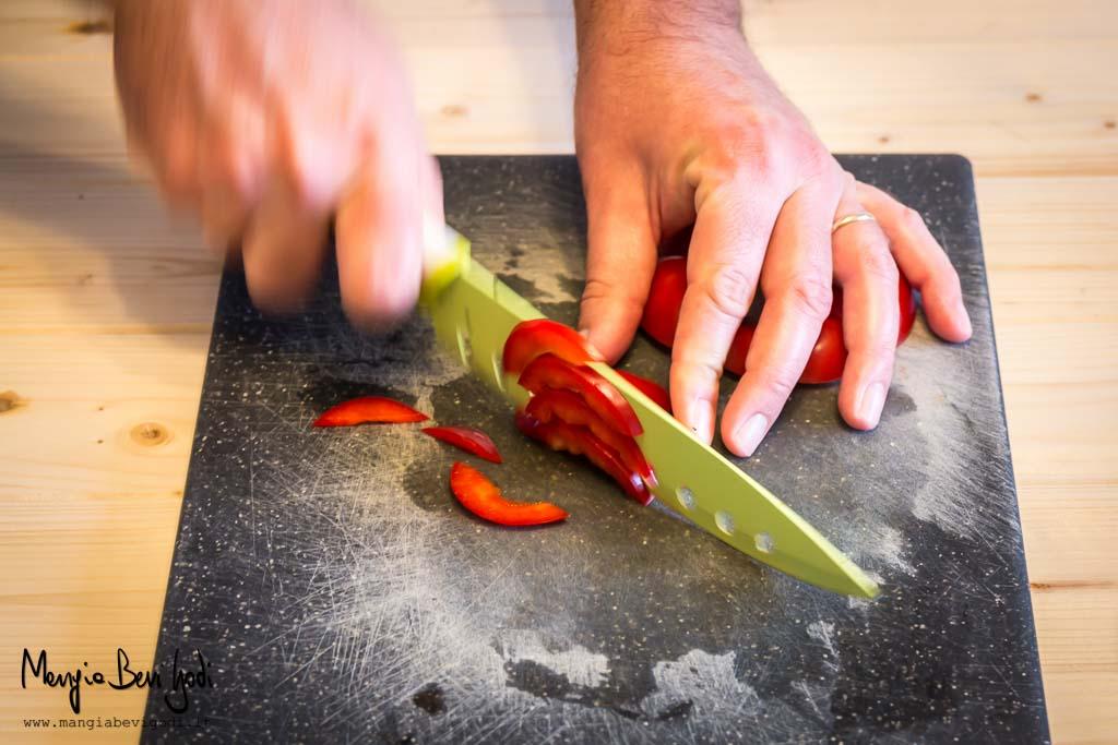 Tagliare la base e la calotta dei peperoni a listarelle