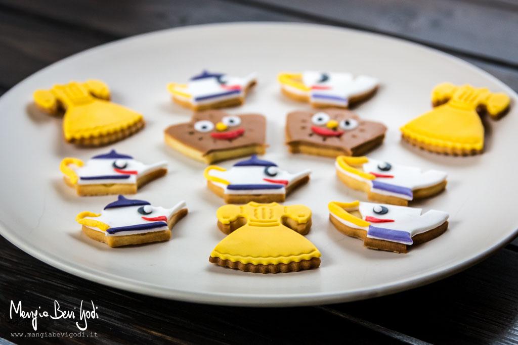 Biscotti di pasta frolla decorati con pasta di zucchero colorata