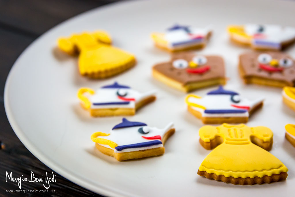 Frollini decorati con pasta di zucchero colorata