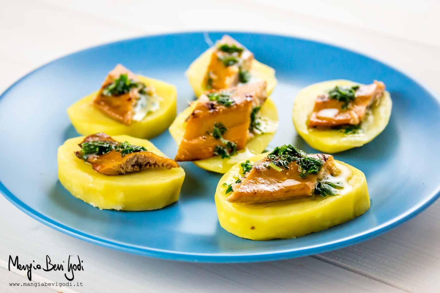 Cicchetti di aringa affumicata alla griglia con patate e olio aromatico
