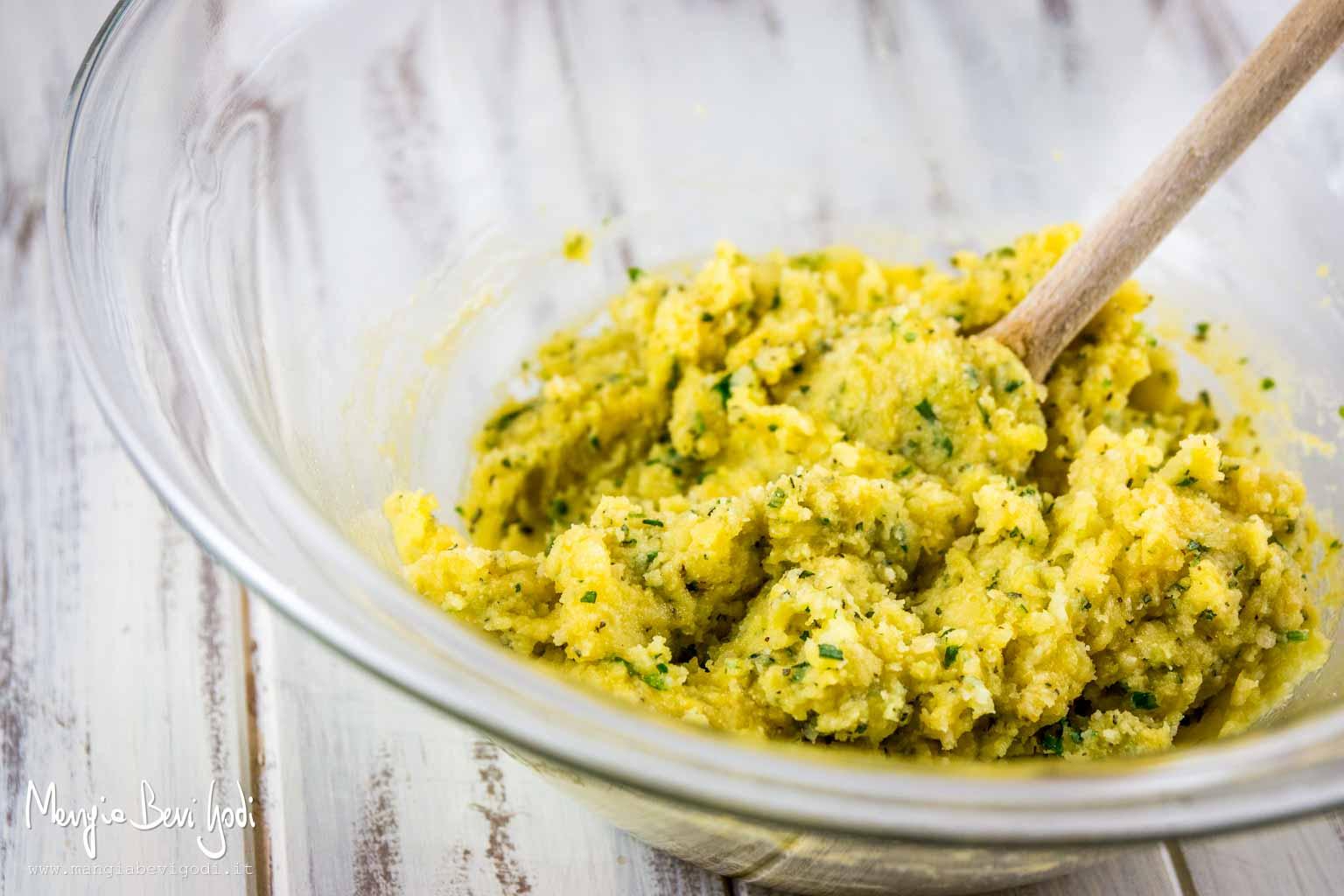 Impastare la purea di patate con gli altri ingredienti