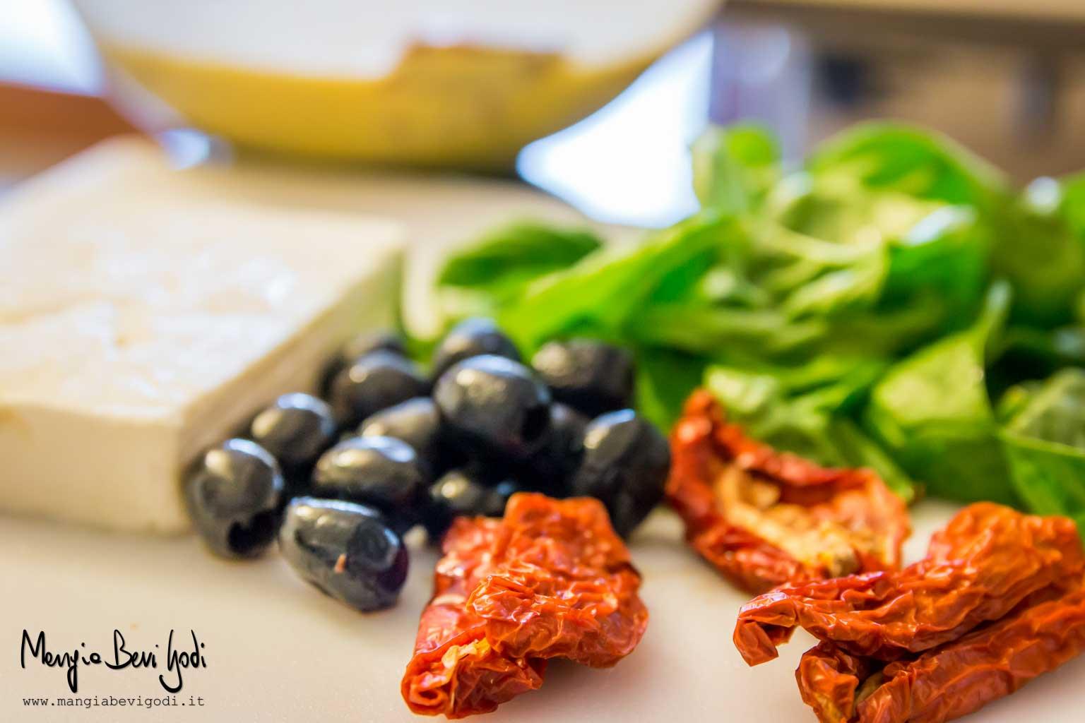 Gli ingredienti: feta, pomodori secchi, olive nere, basilico