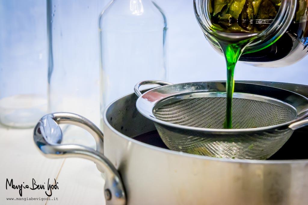 Unire l'estratto alcolico di menta allo sciroppo di zucchero filtrandolo con un colino.