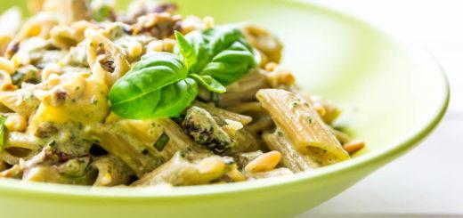Pasta con crema di basilico fresco, pomodori secchi e pinoli