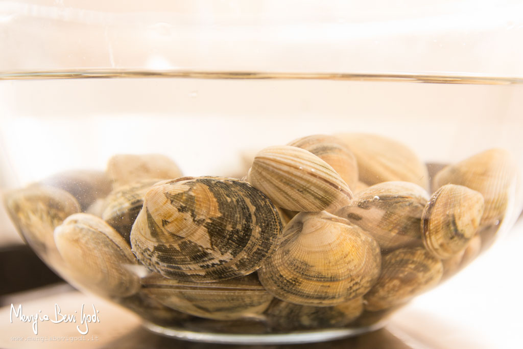 Far spurgare le vongole in una ciotola di acqua salata