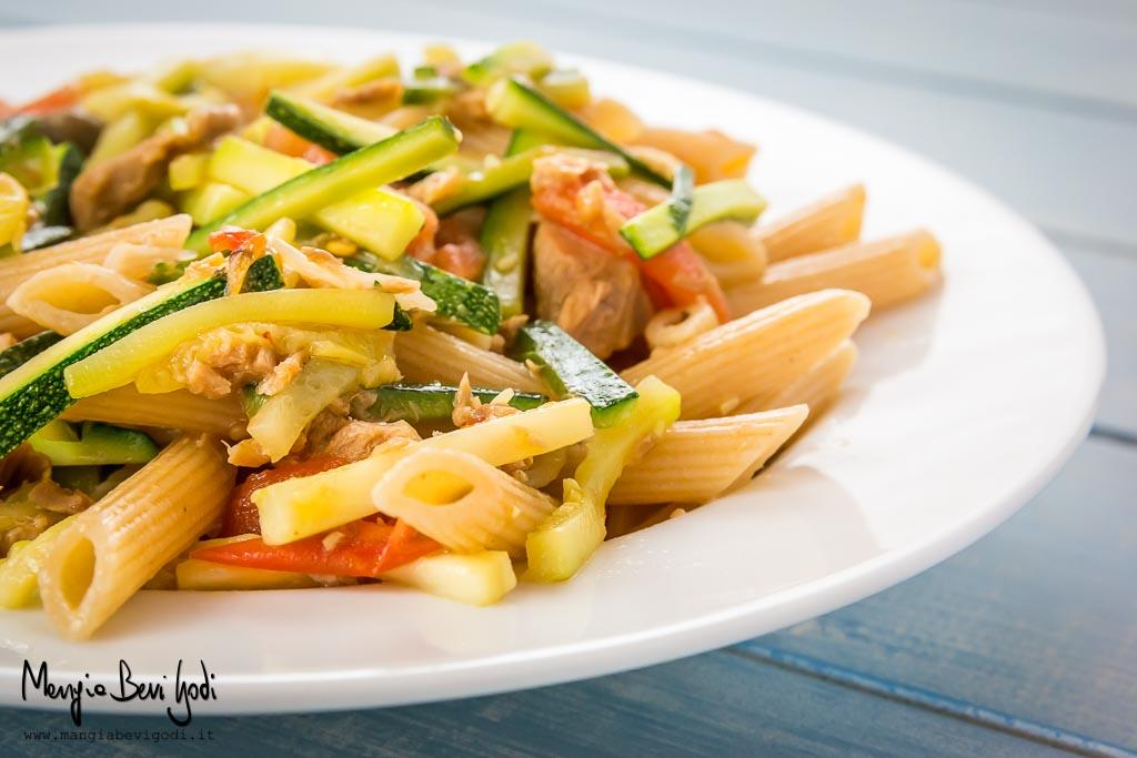 Pasta con tonno, zucchine e pomodorini