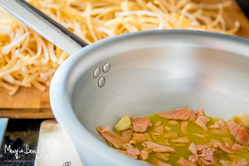 Preparazione tagliatelle al salmone e limone