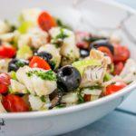 Insalata di baccalà freddo con pomodorini olive nere e capperi