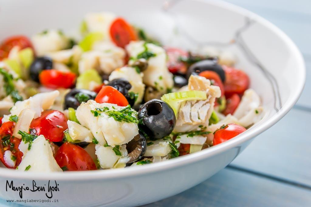 Insalata di baccalà freddo con pomodorini, olive nere e capperi