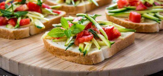 Bruschette estive con zucchine crude marinate e pomodoro (al profumo di menta)