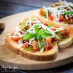 Bruschette sfiziose con pomodorini, acciughe, pecorino e basilico