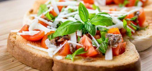 Bruschette sfiziose con pomodorini, basilico,acciughe e pecorino