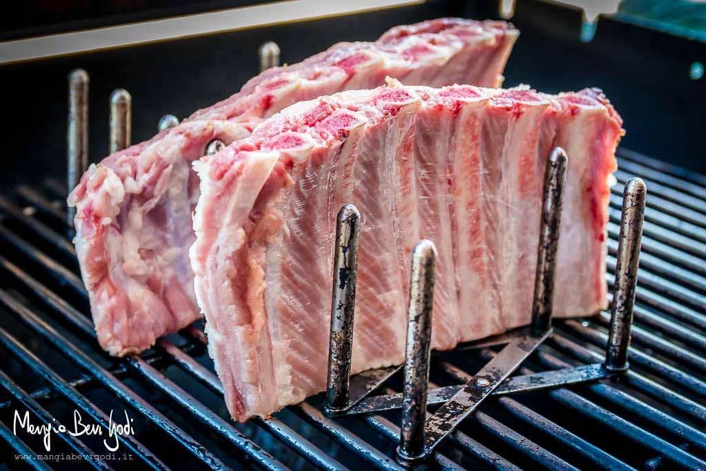 Costine di maiale alla griglia cotte sul portacoperchi Ikea