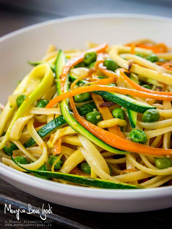 Linguine con carote, piselli e zucchine