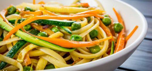 Linguine con carote, piselli e zucchine: una ricetta estiva e colorata