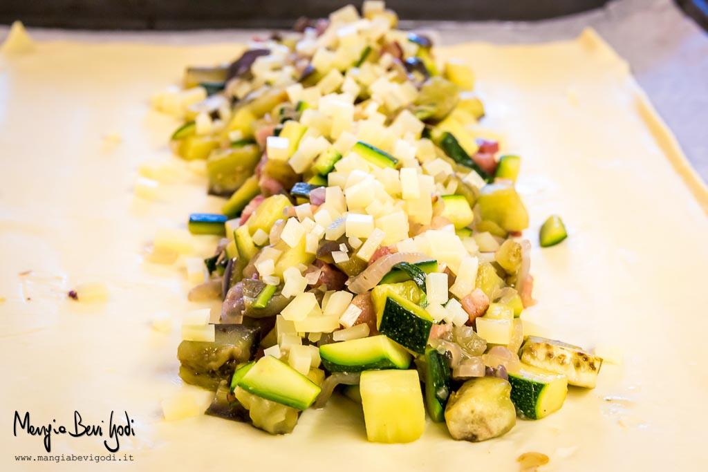 Preparazione dello strudel salato di zucchine, melanzane e pancetta