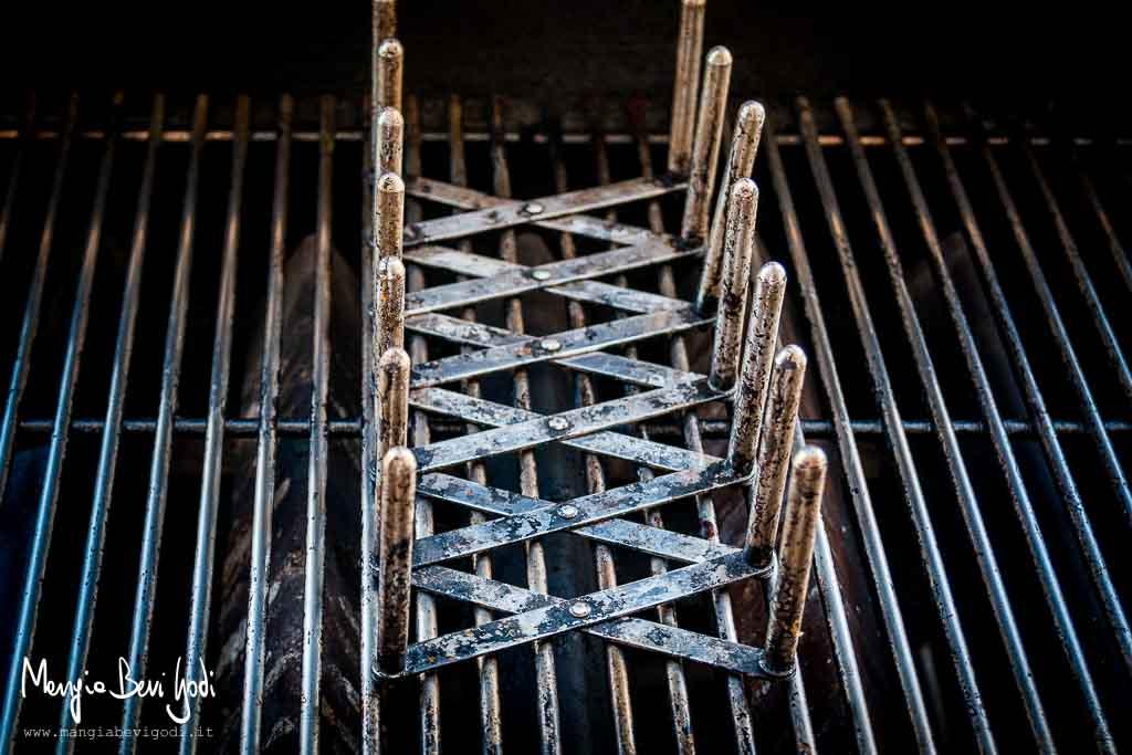 Portacoperchi utilizzato come un rack per costine