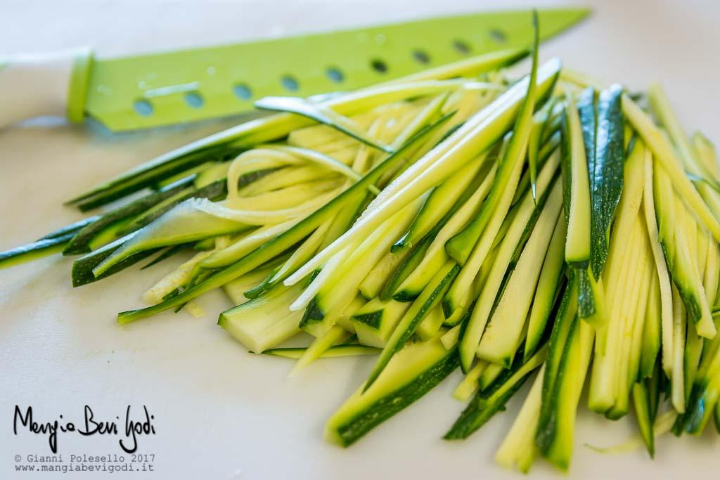 Zucchine tagliate alla julienne per bruschette