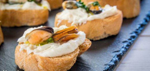 Crostini alle cozze e crema di gorgonzola