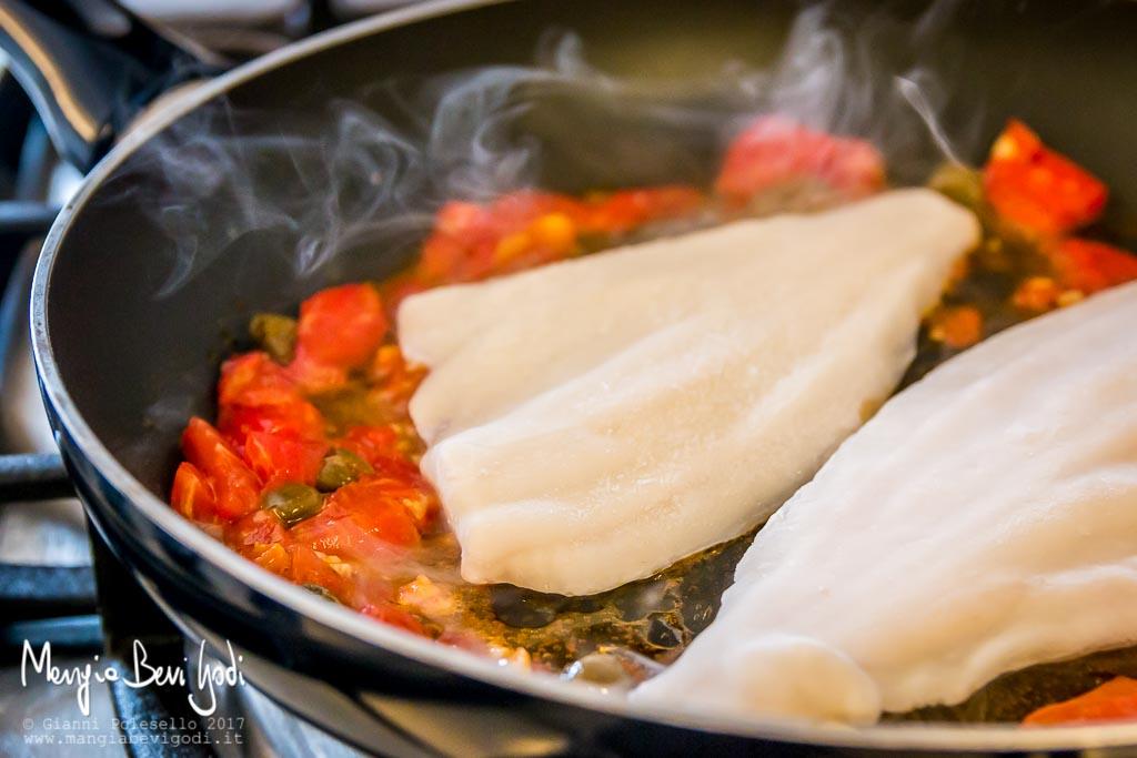 Preparazione filetti di platessa alla pescatora