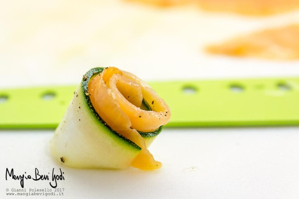 Preparazione rotolini di zucchine e salmone
