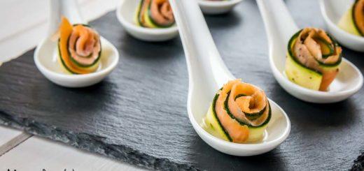 Roselline di zucchine crude marinate con salmone