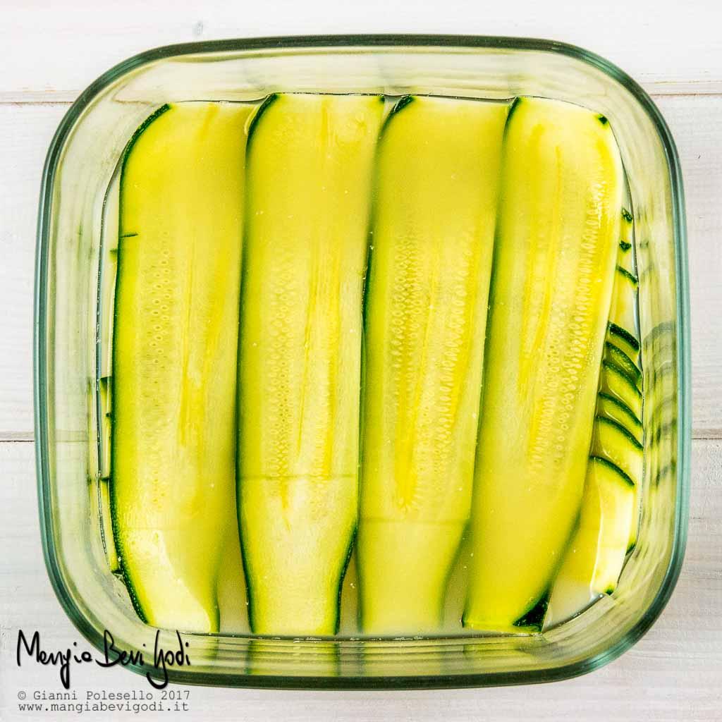 Marinare le fette di zucchina nel limone