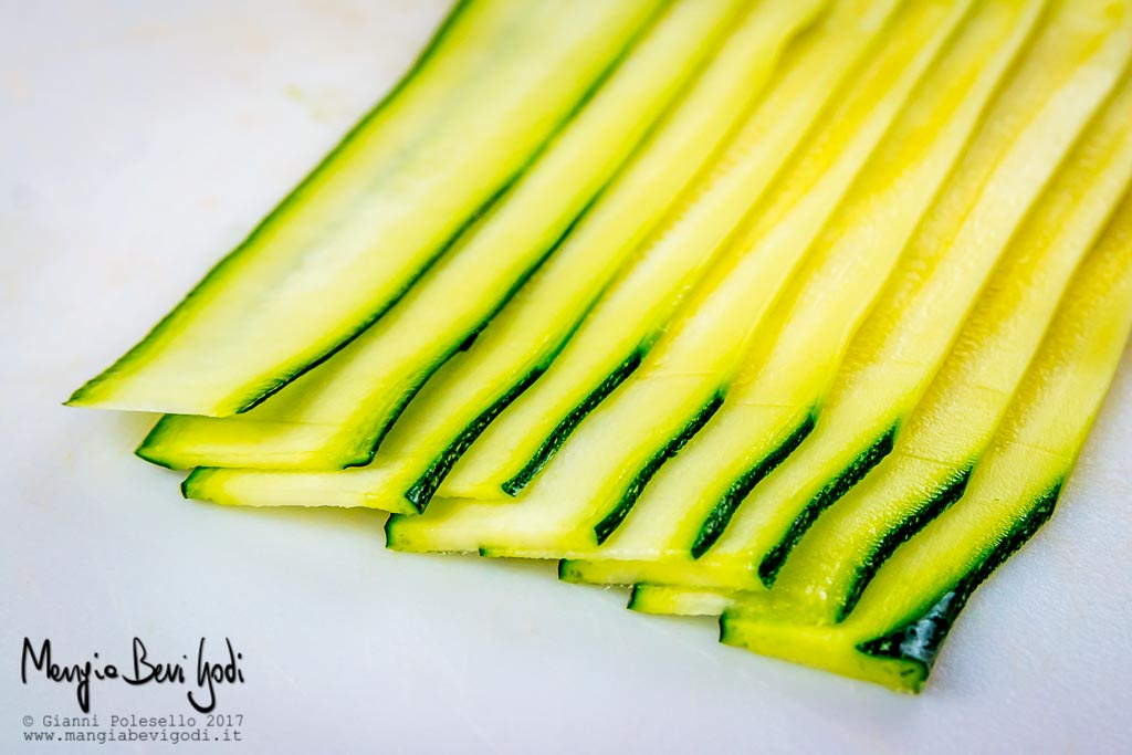 Zucchina tagliata a fettine sottili