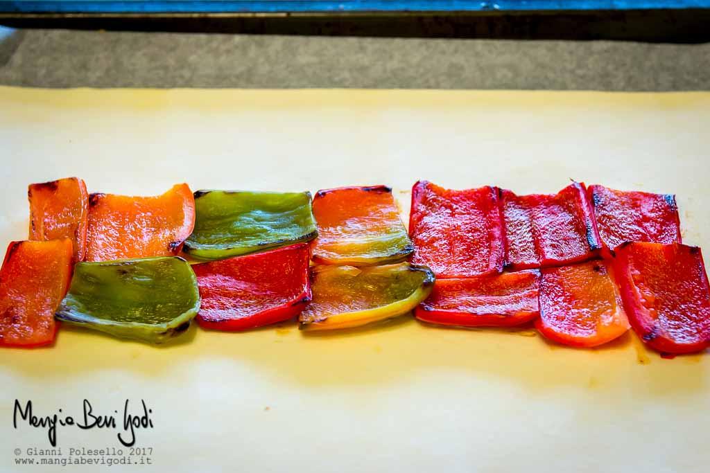 Stendere uno strato di peperoni sopra la pasta sfoglia