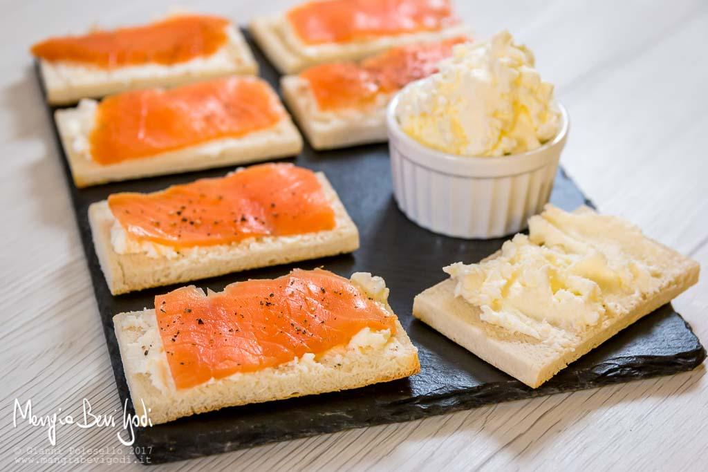 Crostini con salmone serviti su piatto di ardesia