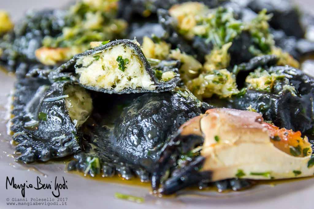 Ravioli neri ripieni di baccalà con sugo di granciporro