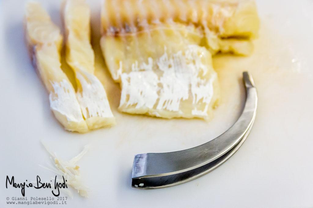 Rimozione delle spine dal baccalà mediante pinzetta