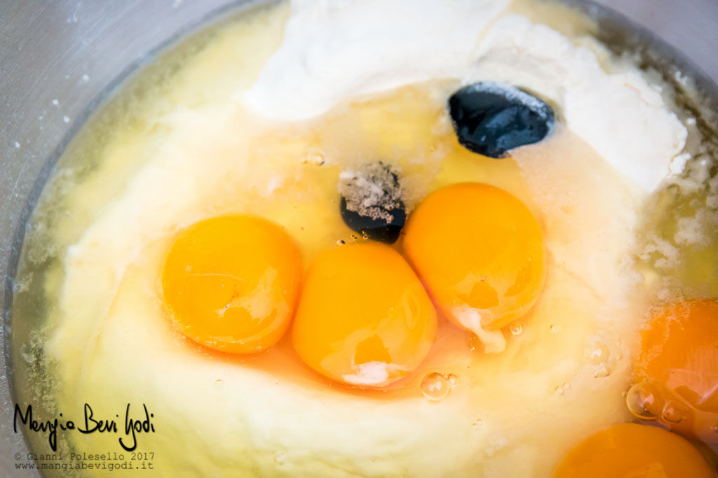 Ciotola con ingredienti dell'impasto: uova, farina, semola di grano duro, nero di seppia