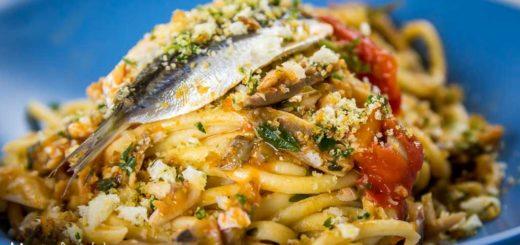 Bigoli con alici, pomodorini e pane tostato all'aglio e prezzemolo