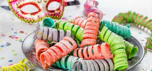 Stelle filanti dolci cotte in forno con maschera di Carnevale veneziana sullo sfondo