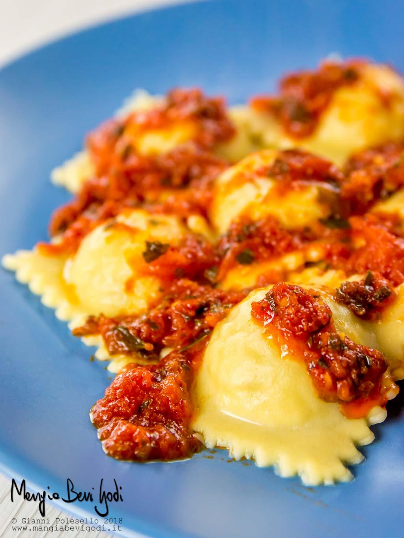 Ravioli di scorfano con sugo di pomodorini, aglio e prezzemolo