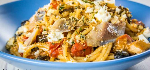 Vermicelli con aringa, pomodorini, feta e olive nere